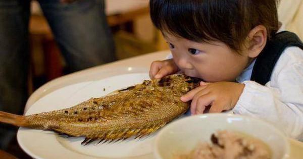 Con 4 tuổi bị hóc xương cá, mẹ cho ngay thứ này vào miệng bé, bác sĩ cũng phải khen