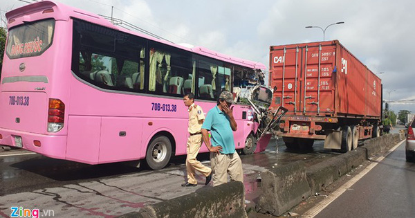 Ôtô khách tông xe container ở Sài Gòn, 4 người bị thương