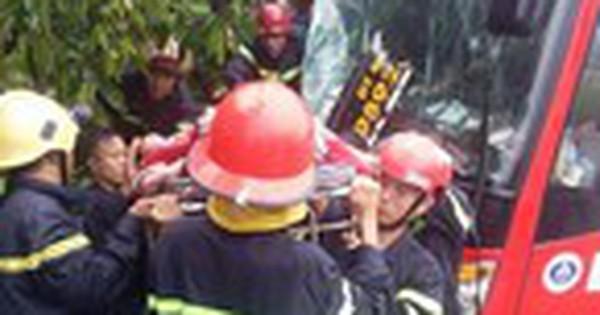 Đầu xe khách biến dạng, nhiều người la hét sau va chạm liên hoàn ở Sài Gòn