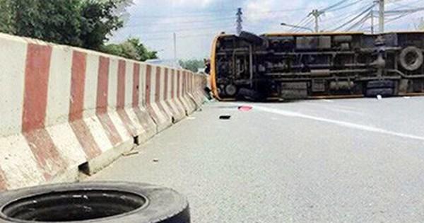 Ôtô khách rơi bánh khi đang chạy, 12 người bị thương