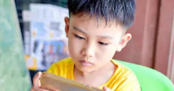 Cậu bé 10 tuổi bất ngờ bị… lác sau khi chơi điện thoại ròng rã 10 tiếng/ngày trong suốt kỳ nghỉ hè