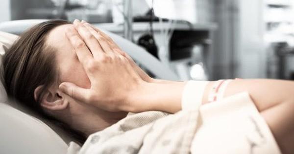 Nghĩ chồng ngoại tình khiến mình mắc ung thư, nữ bệnh nhân cúi mặt khi nghe bác sĩ giải thích