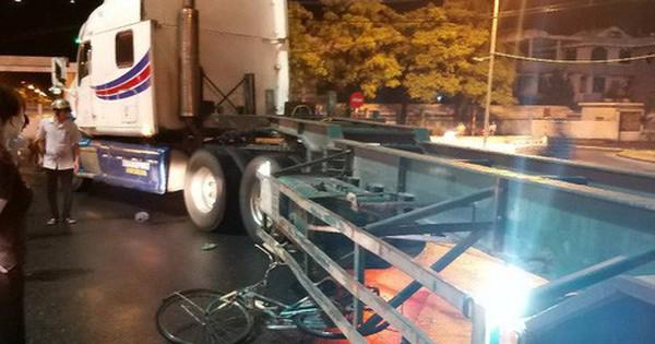 Bị container cuốn vào gầm, cụ ông 70 tuổi đi xe đạp chết thảm dưới trời mưa