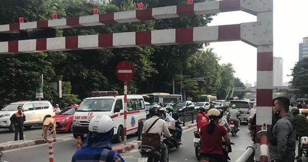 Hà Nội: Người đàn ông đi xe máy đâm vào lan can cầu vượt Thái Hà, tử vong tại chỗ
