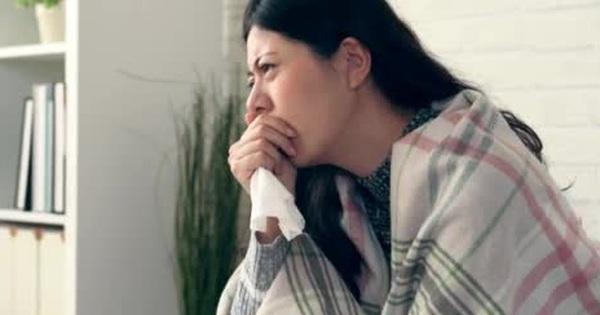 Người phụ nữ gãy xương vì ho, bác sĩ nói thiếu vitamin D do bôi quá nhiều kem chống nắng
