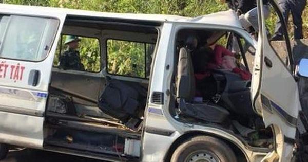 Xe chở người khuyết tật bất ngờ mất lái đâm vào vách núi khiến 2 người chết, 3 người bị thương
