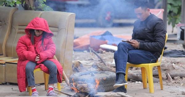 Người dân Hà Nội co ro bên đống lửa trong tiết trời lạnh buốt
