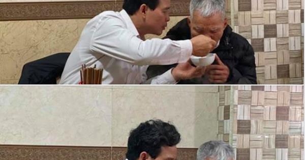 """Hình ảnh người con trai lớn tuổi đút từng thìa bún rồi động viên """"Bố cố ăn hết bát này nhé"""" khiến nhiều người nghẹn ngào"""