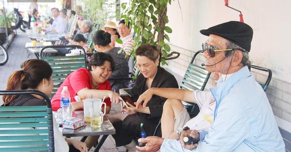 """Cụ ông Sài Gòn mỗi ngày chạy xe 50km """"bán"""" quần áo giá… 0 đồng"""