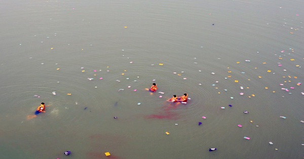 Người mẹ nhảy cầu tự tử trước mặt 2 con gái