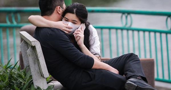 Người dân ra hồ Tây hóng gió, ôm ấp giữa dịch bệnh
