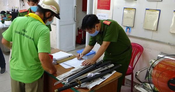 Dân Sài Gòn nộp vũ khí, vật liệu nổ… được tặng 10kg gạo