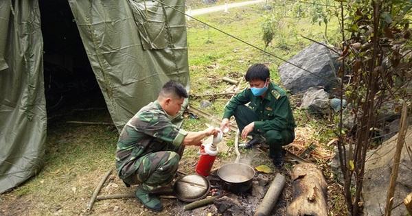 Ăn rau rừng bám chốt kiểm soát COVID-19 nơi biên giới Việt – Lào
