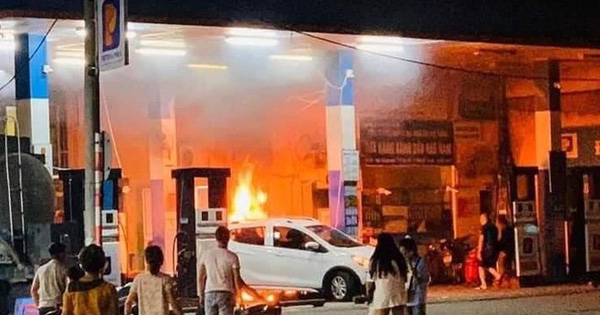 Cây xăng bốc cháy khi bị ôtô đâm đổ
