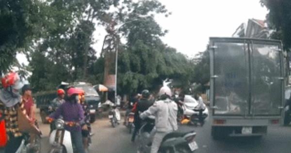 Tài xế xe tải bị người đàn ông kéo xuống đường, dù đã nằm bệt nhưng vẫn bị đánh tới tấp