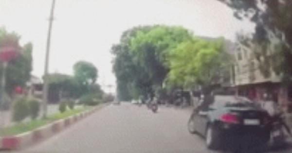 Ô tô con drift quay đầu như trong phim hành động suýt gây tai nạn, tình huống sau đó càng gây phẫn nộ