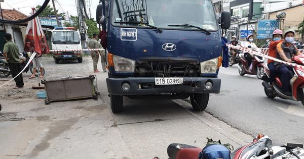 Đang dừng đèn đỏ, người đàn ông vẫn bị xe tải lao tới tông tử vong