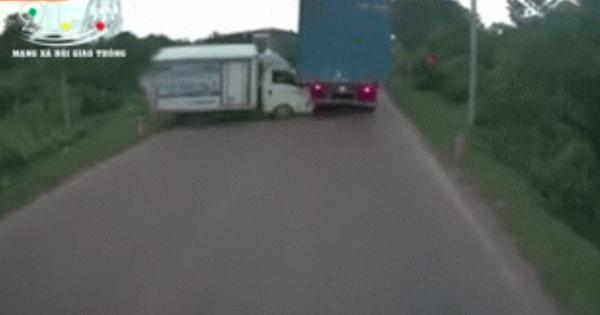 Xe ben đổ dốc mất phanh, tông xe tải suýt lao xuống vực – khoảnh khắc vụ tai nạn khiến người xem thất thần