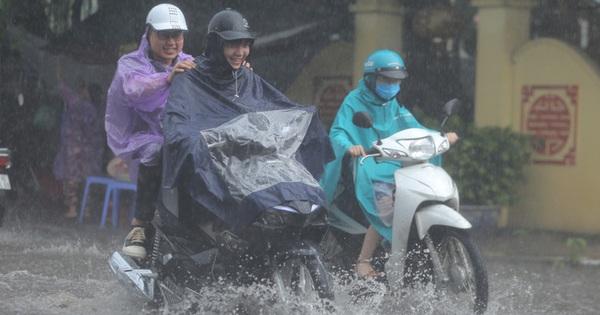 """Người dân Hà Nội đón """"mưa vàng"""" giải nhiệt lúc sáng sớm"""