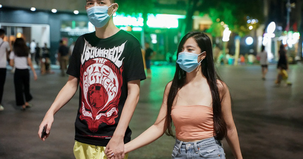 Phố ăn chơi ở Hà Nội vắng khách trước giờ đóng cửa