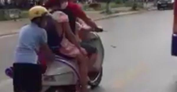 """Người đàn ông """"đèo"""" 3 con nhỏ theo kiểu làm xiếc giữa đường, vị trí của bé trai phía sau khiến nhiều người kinh hãi"""