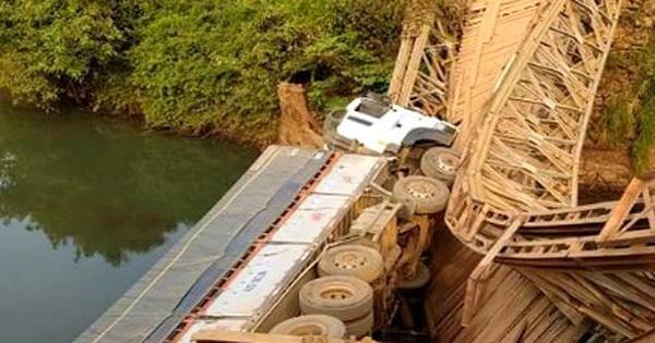 Xe tải làm sập cầu sắt, rơi xuống suối vì tài xế… lạc đường