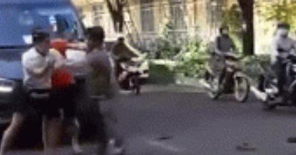 Va chạm giao thông, tài xế ô tô và 2 thanh niên đi xe máy lao xuống đường đánh nhau