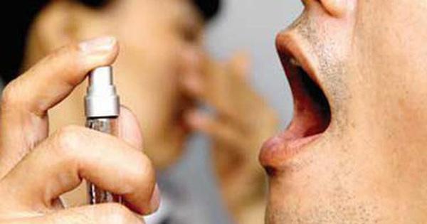 Tiếc lọ thuốc xịt họng dùng dở, người đàn ông rát bỏng họng, mất cảm giác