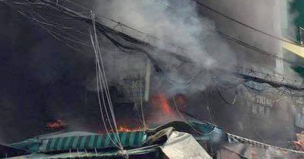 6 người mắc kẹt trong ngôi nhà cháy dữ dội ở Sài Gòn