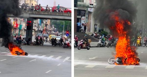 Chiếc xe máy bất ngờ cháy thành than giữa phố Hà Nội, hiện trường vụ việc khiến người xem đầy ám ảnh
