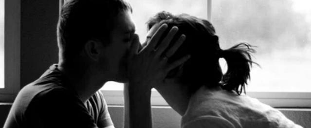Trong lúc thân mật với bạn trai, cô gái bất ngờ bị đột quỵ, chân chuyển màu đen vì căn bệnh không ngờ