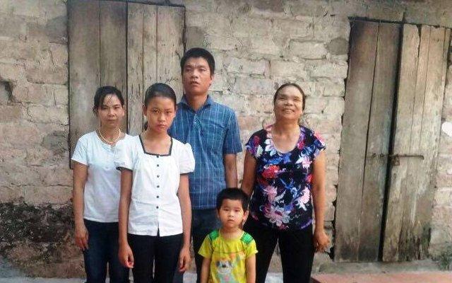 Gia đình 4 đời bị mù bất ngờ được tặng sổ tiết kiệm