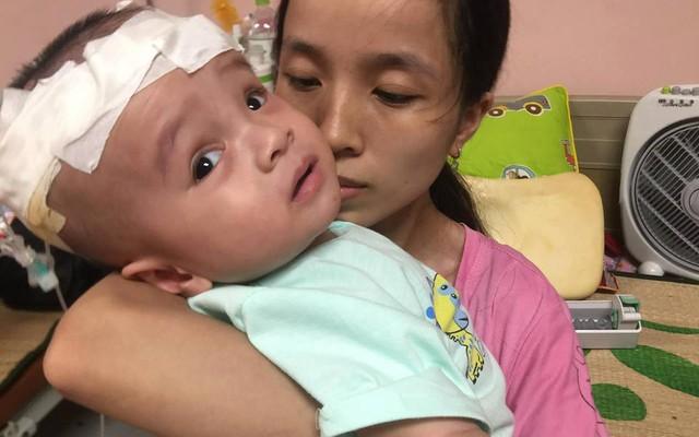 Rớt nước mắt cảnh bé 10 tháng tuổi phải trải qua 9 lần phẫu thuật đau đớn