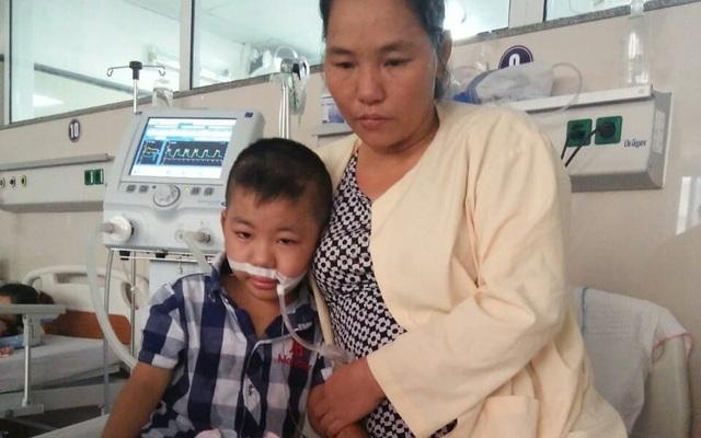 Đã mất con gái đầu, đôi vợ chồng đau đớn nhìn con trai 8 tuổi nguy kịch tính mạng vì nghèo khó