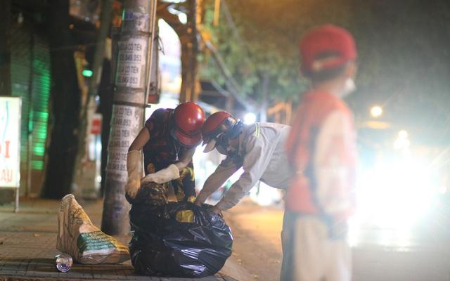 Nghèo khổ vì đẻ nhiều, lại thất nghiệp sau Tết, hai vợ chồng ẵm con trai 5 tuổi nhặt ve chai mỗi đêm
