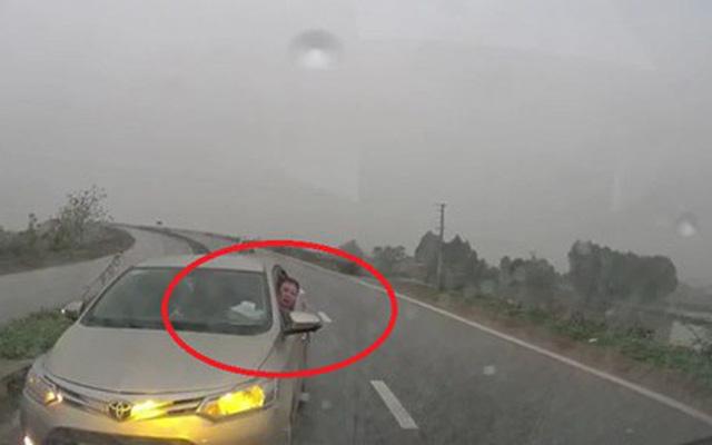Chạy xe ngược chiều, tài xế còn hạ kính đưa ra yêu cầu khiến tất cả thở dài