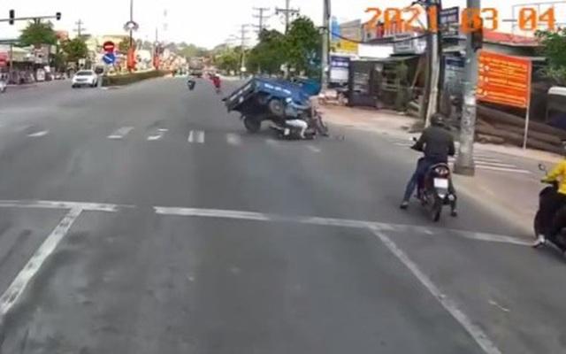 Người phụ nữ cố vượt đèn đỏ, đâm xe ba gác lật nghiêng giữa ngã tư nhưng cái kết mới gây bất ngờ