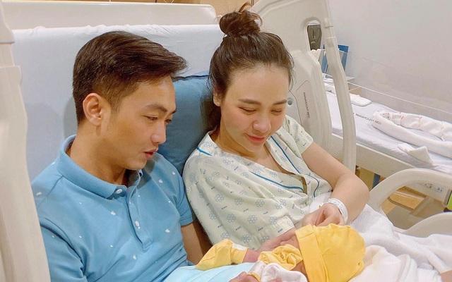 Cuộc sống 'bỉm sữa' của Cường Đô La và Đàm Thu Trang: Từ tay chơi 'siêu xe' có tiếng đến ông bố 'quần đùi, áo phông' chăm con thay vợ
