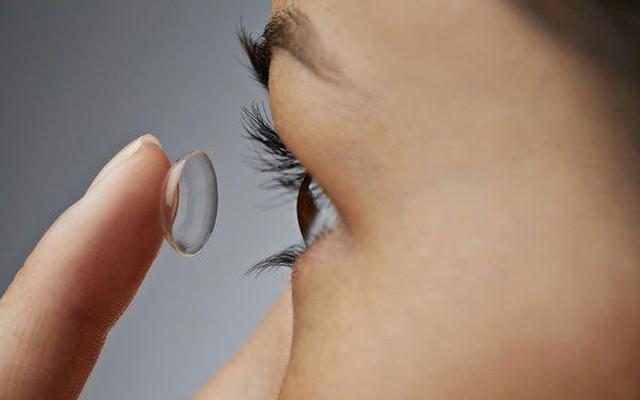 Ai có thể sử dụng kính áp tròng ban đêm?