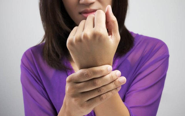 3 dấu hiệu trên bàn tay cho thấy lượng đường trong máu đã cao vượt mức, khuyến cáo ăn 4 loại trái cây để hạ đường huyết nhanh