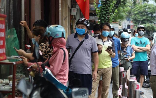 Tiệm bánh trung thu nổi tiếng Hà Nội phải đóng cửa vì... khách chen lấn để mua hàng