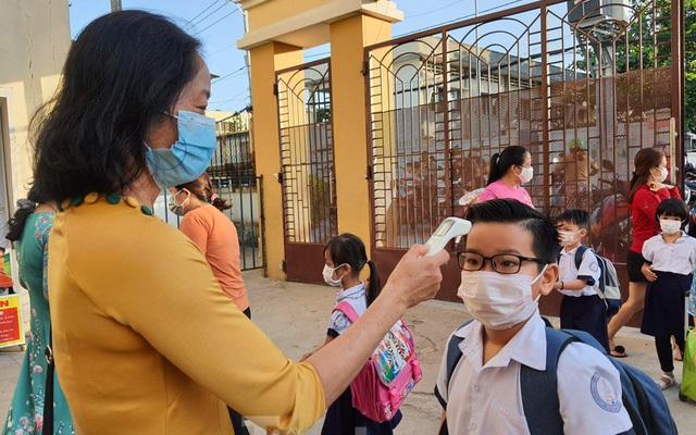 Sáng 18/9: Hà Nội vẫn soát giấy đi đường; tiêu chí cụ thể để học sinh TP.HCM trở lại trường là gì?