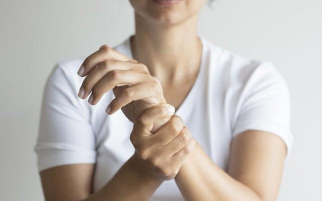 4 dấu hiệu trên bàn tay cảnh báo mạch máu bị tắc nghẽn, chớ dại bỏ qua