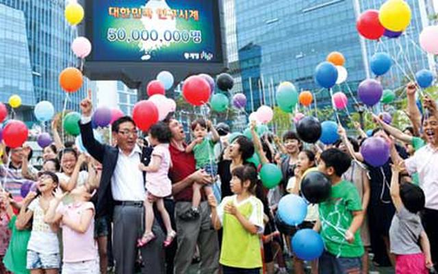 Chính sách giảm sinh tại Hàn Quốc và Nhật Bản: Thúc đẩy tăng trưởng kinh tế