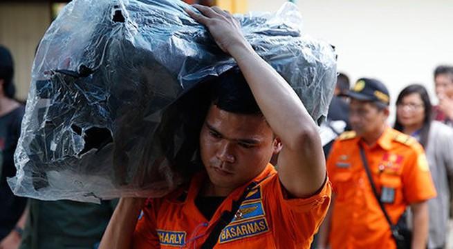 Ám ảnh 3 thi thể hành khách AirAsia nắm tay nhau
