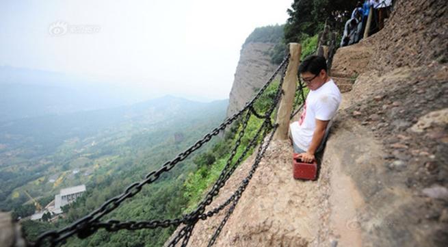 Nghị lực phi thường của chàng trai không chân leo núi