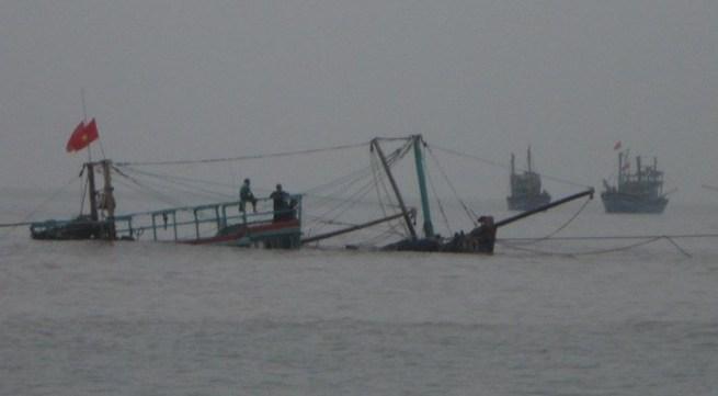 Tàu cá đâm vào đá ngầm, 11 ngư dân thoát chết