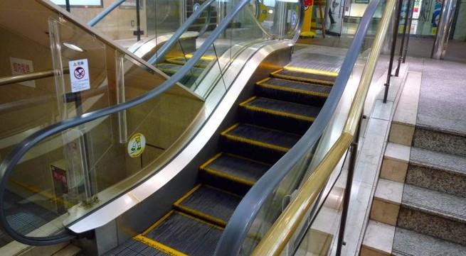 Những điều bạn bắt buộc phải biết để đi thang cuốn an toàn