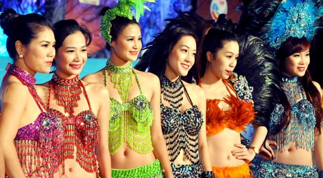 """Hoa hậu Thuỳ Dung và dàn người mẫu """"thiêu cháy"""" khán giả Carnaval Hạ Long"""