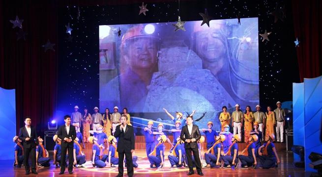 NSND Quang Thọ tỏa sáng trong đêm nhạc tại Hạ Long
